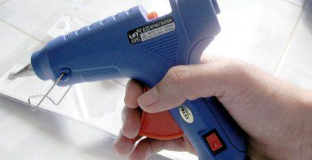 Có thể dùng súng bắn keo để tránh keo dính vào quần áo